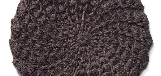 Au crochet un béret avec une écaille au point allongé